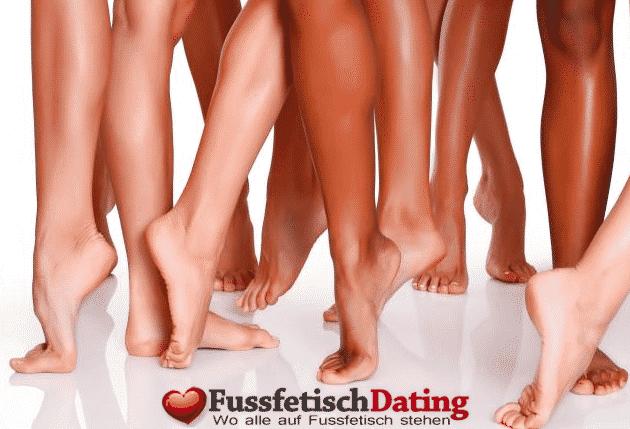 Tattoomilf aus Deutschland cremt ihre Füße ein