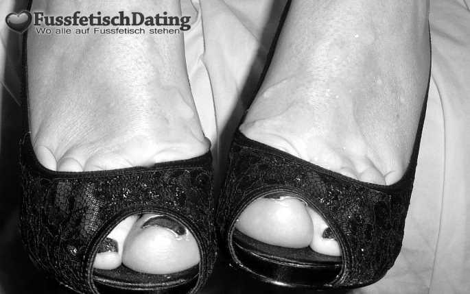 Füße mit Sperma ablecken.