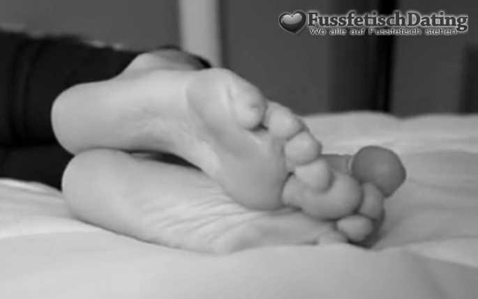 Die Frau hat Füße mit Hornhaut.