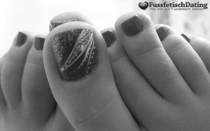 Junge Frau sucht einen Fußliebhaber.