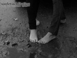 Zwei Mädchen bieten matschige Füße.